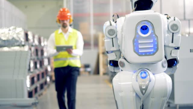vídeos de stock, filmes e b-roll de android e fábrica do trabalhador são conhecer e comunicar. 4k. - automatizado