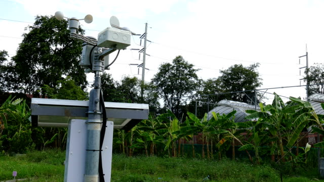 vindmätaren & meterological väderstation för att övervaka vindhastighet, luftfuktighet i jordbruksmark - barometer bildbanksvideor och videomaterial från bakom kulisserna