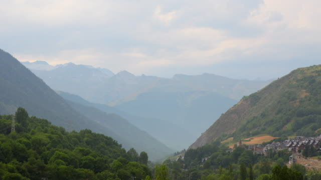 aneto dağ silsilesi aran valley 4k - lleida stok videoları ve detay görüntü çekimi