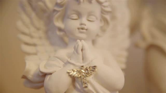 angelo figurina -concetto religioso - angelo video stock e b–roll