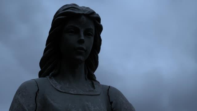 天使雕像 - 石材 個影片檔及 b 捲影像