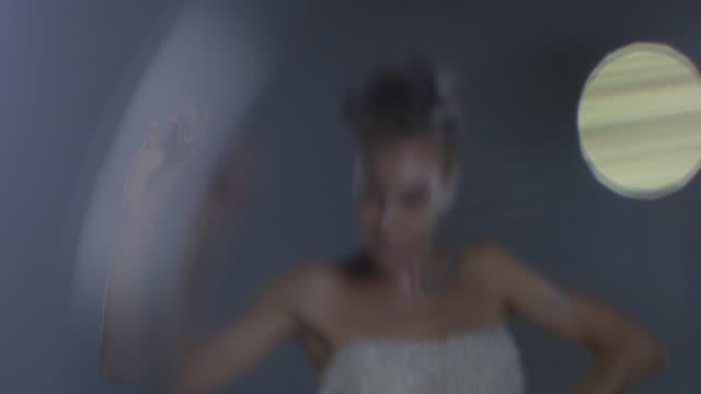 vidéos et rushes de modèle angélique blond haute couture dans le maquillage de scène blanc détient la bouteille de vernis à ongles beige. mode vidéo. - crayon à lèvres