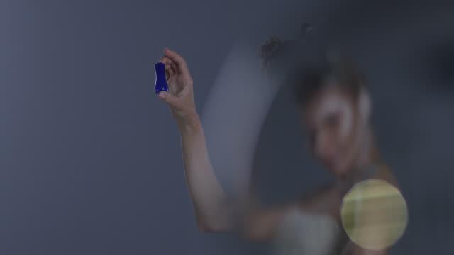 vidéos et rushes de modèle angélique blond haute couture dans le maquillage de scène blanc détient la bouteille de vernis à ongles bleu. mode vidéo. - crayon à lèvres