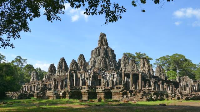 angkor bayon-tempel in angkor thom in kambodscha  - kambodschanische kultur stock-videos und b-roll-filmmaterial