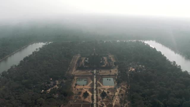 angkor wat temple i kambodja sunrise dimma drone flygning - 4 kilometer bildbanksvideor och videomaterial från bakom kulisserna
