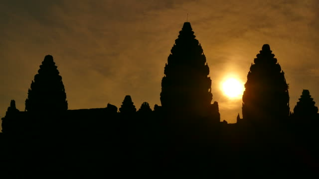 vídeos de stock e filmes b-roll de templo de angkor wat, camboja nascer do sol silhueta - buda