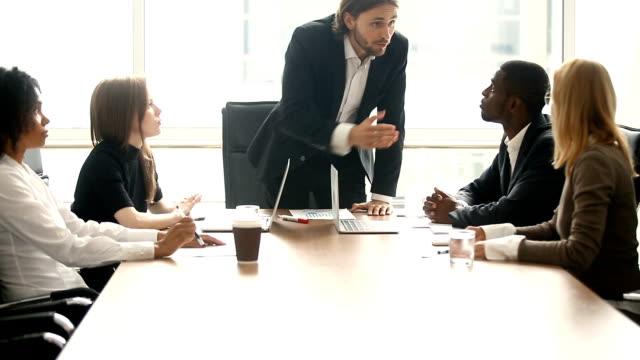 vidéos et rushes de employé de gronder patron en colère pour travail mauvais résultat lors de réunion - autorité