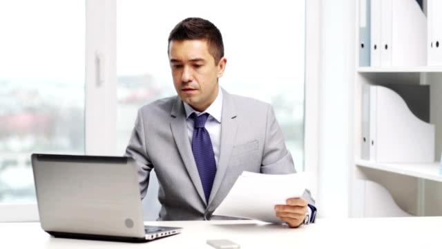 vídeos y material grabado en eventos de stock de hombre de negocios enojado con ordenador portátil y documentos de trabajo en la oficina - gerente de cuentas
