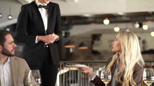 wütender gast missbilligt essen - bedienungspersonal stock-videos und b-roll-filmmaterial
