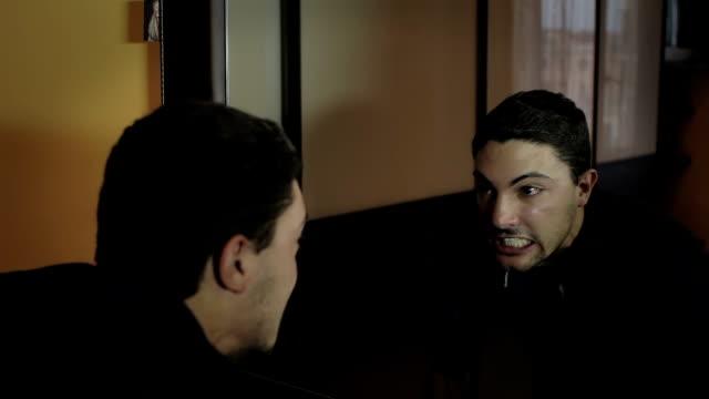 verärgert mann sieht in den spiegel schreien - starren stock-videos und b-roll-filmmaterial