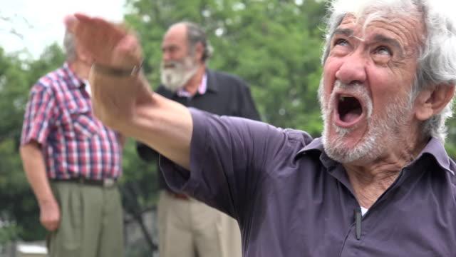 stockvideo's en b-roll-footage met boze oude man vloeken - swearing