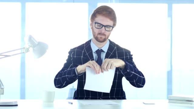 vídeos y material grabado en eventos de stock de hombre enojado pelirroja rasgando papeles en la oficina, trabajo fail - ripped paper