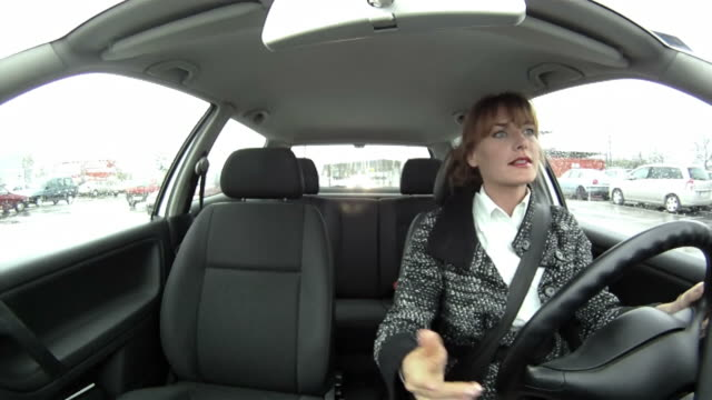 stockvideo's en b-roll-footage met hd: angry woman driving - woedend