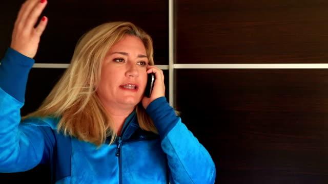 angry 여자 토킹 전화 - ruth 스톡 비디오 및 b-롤 화면
