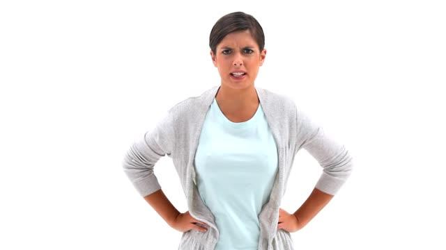 donna arrabbiata con le mani sui fianchi - mani sui fianchi video stock e b–roll
