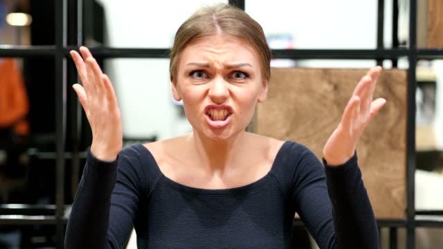 böse mädchen schreien portrait - ehefrau stock-videos und b-roll-filmmaterial