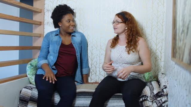 Animada discusión entre dos mujeres - vídeo