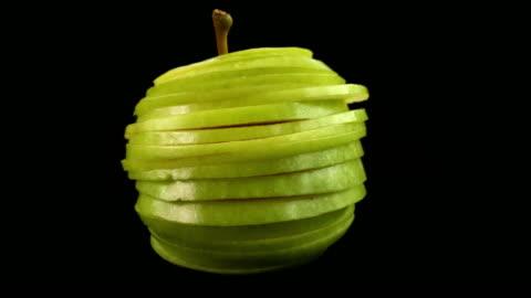 vídeos y material grabado en eventos de stock de animación funky manzana fresca en rodajas y volver juntos otra vez. de animación divertida stop motion para conceptos creativos de la conciencia de la cocina y la salud - rebanada
