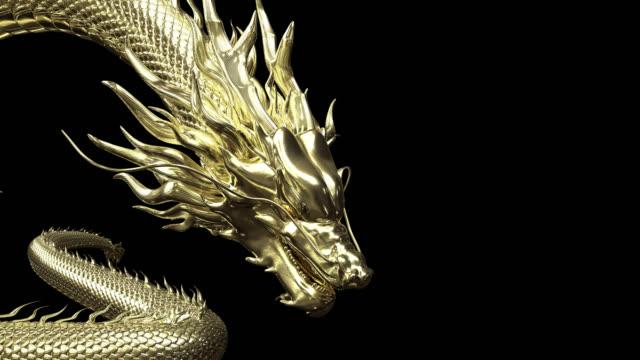 animacja 3d złoty chiński smok powoli zwalniać, aby celować na podłogę dzięki animacji renderowania 3d zawierającej ścieżkę alfa. - smok postać fikcyjna filmów i materiałów b-roll