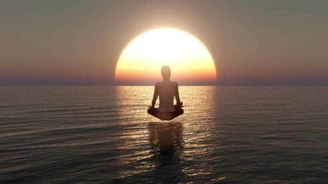 vídeos de stock, filmes e b-roll de animação 3d de uma mulher nova que senta-se na meditação profunda. meditação da ioga por uma mulher no oceano no nascer do sol - padrão repetido