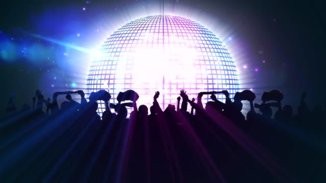 animation av spegel disco boll med färgglada spotlights rör sig runt och silhuetter av folkmassan av p - abstract silhouette art bildbanksvideor och videomaterial från bakom kulisserna