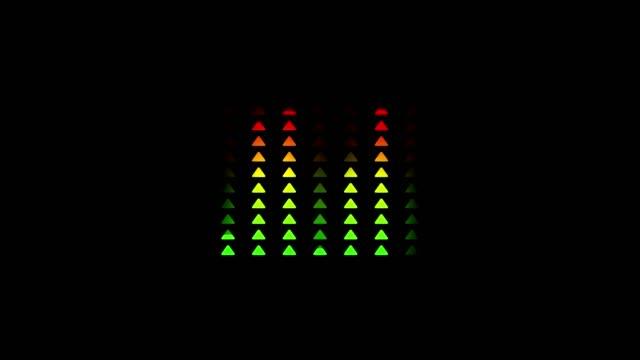 animation des sound-equalizers mit balkendiagramm dreieck form der audio-welle mit farbwechsel von grün zu rot auf schwarzem hintergrund - turngerät mit holm stock-videos und b-roll-filmmaterial