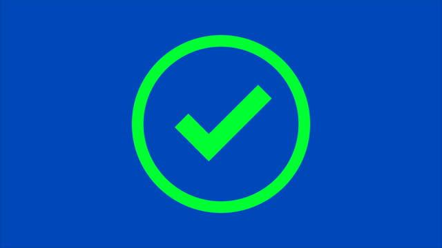 vídeos de stock, filmes e b-roll de 4k. animação sinal de ícone da cruz de proibição vermelha e sinal de ícone de verificação verde correto em círculo isolado no fundo da tela azul chroma tecla - exatidão