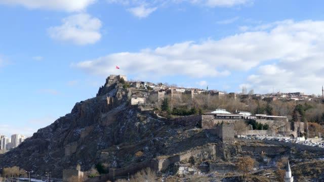 ankara truth, 23. januar 2020, schloss ankara im winter und die türkische flagge, - ankara türkei stock-videos und b-roll-filmmaterial