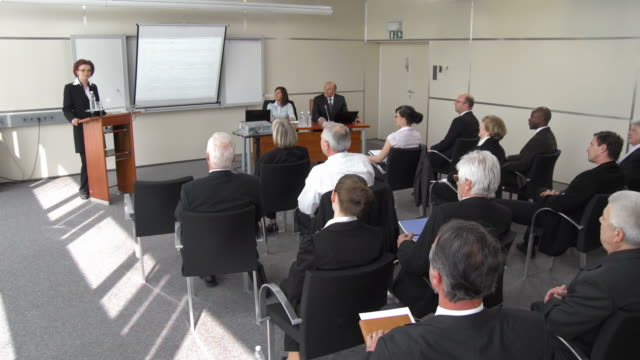 stockvideo's en b-roll-footage met hd: announcing conference speaker - redenaar