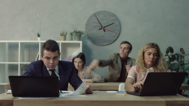 Verärgert Kollege im Büro werfen zerknittertes Papier – Video
