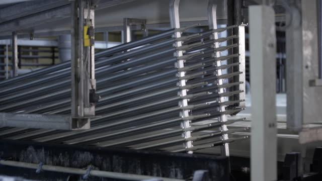 eloxieren, aluminium, aluminium-produktionslinie fabrik, eloxieren, elektrolytische passivierung prozess, um die dicke der natürlichen oxidschicht auf der oberfläche von metallteilen zu erhöhen. - wasserstoff stock-videos und b-roll-filmmaterial