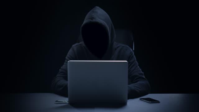 anonymous computer hacker - вор стоковые видео и кадры b-roll