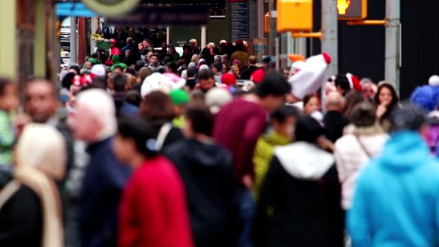 anonyme menschenmenge am times square. zeitlupe motion - bevölkerungsexplosion stock-videos und b-roll-filmmaterial