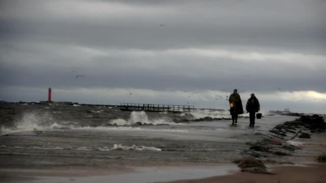 anonyme fischer während der sturm kommt von der anlegestelle - ostsee stock-videos und b-roll-filmmaterial