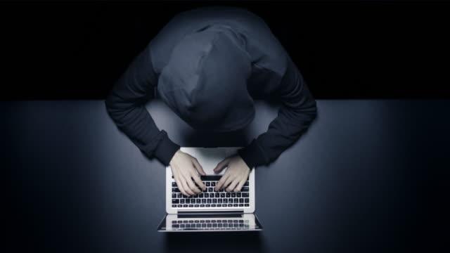 Anonymer Hacker in der Dunkelheit mit laptop – Video