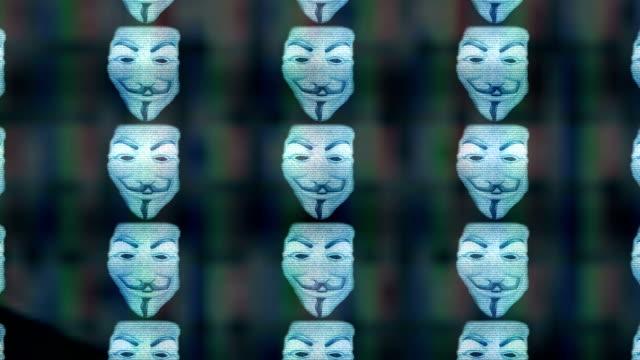 テレビ画面上の匿名マスク永遠のズーム - なりすまし犯罪点の映像素材/bロール