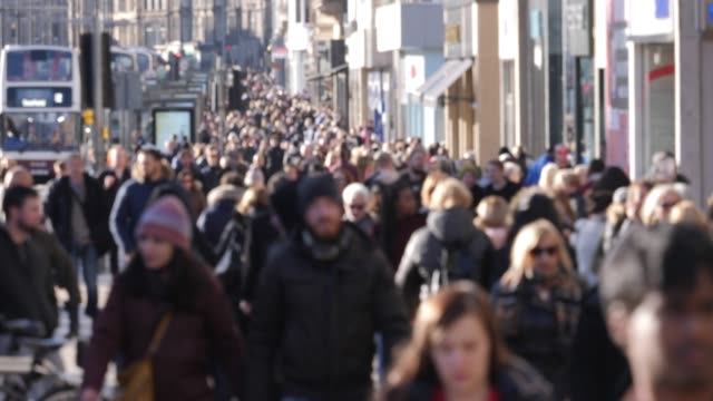 4k: anonymous people / shoppers walking in the city street - abiti pesanti video stock e b–roll