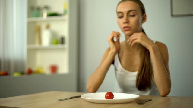 анорексия девушка чувствует головокружение, истощены тяжелой диеты, исчерпаны тела, голод - голодный стоковые видео и кадры b-roll