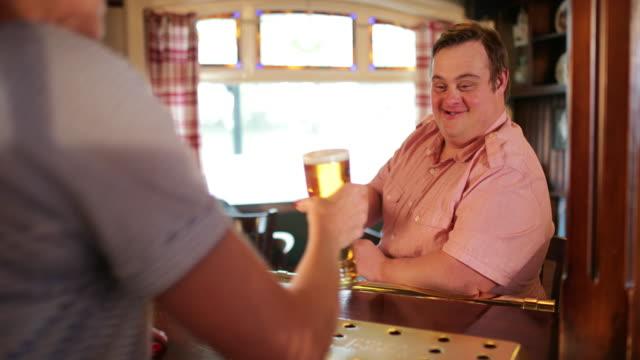 另一杯啤酒請 - small business saturday 個影片檔及 b 捲影像