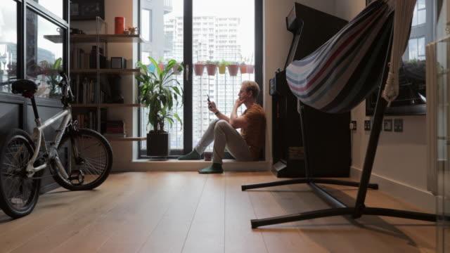 vídeos de stock e filmes b-roll de another day at home - aproximar imagem