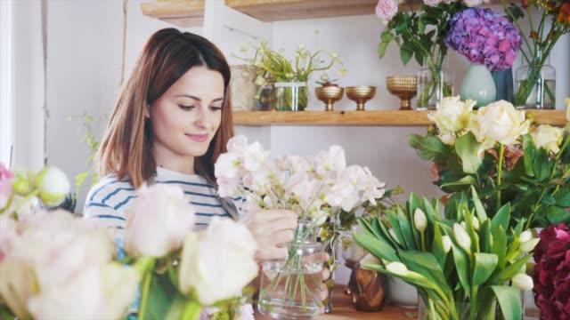 en annan dag i min blomsteraffär. - blomstermarknad bildbanksvideor och videomaterial från bakom kulisserna