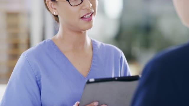 tüm sorularını yanıtlama - hemşire tıbbi personel stok videoları ve detay görüntü çekimi