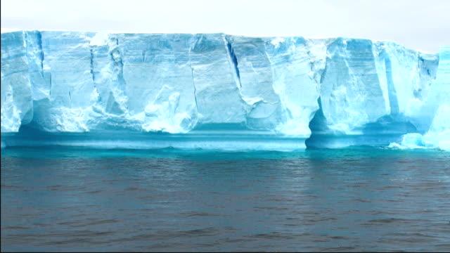 antarktis-antarktische halbinsel-tafeleisberg in bransfield strait - eisklettern stock-videos und b-roll-filmmaterial