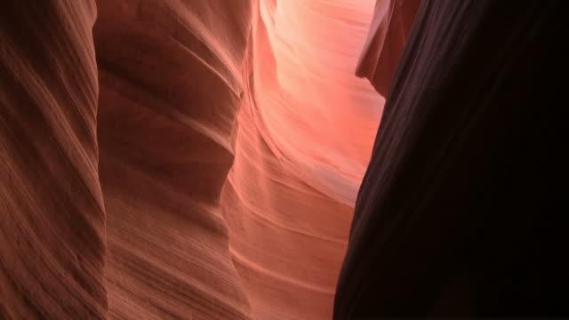 vídeos de stock e filmes b-roll de desfiladeiro antelope canyon, arizona - vale
