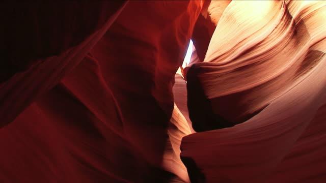 vídeos de stock e filmes b-roll de desfiladeiro antelope canyon - vale