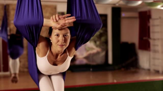 anti-schwerkraft-yoga, yoga übungen indoor frau - gymnastikanzug stock-videos und b-roll-filmmaterial