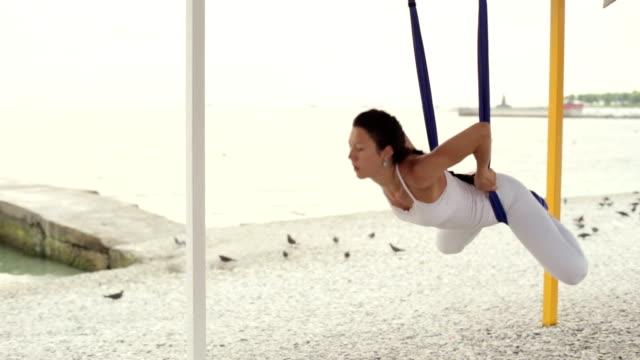 anti-schwerkraft-yoga, yoga übungen frau - gymnastikanzug stock-videos und b-roll-filmmaterial