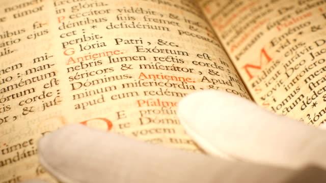 4k antik bibel forskning makro skott - påve bildbanksvideor och videomaterial från bakom kulisserna