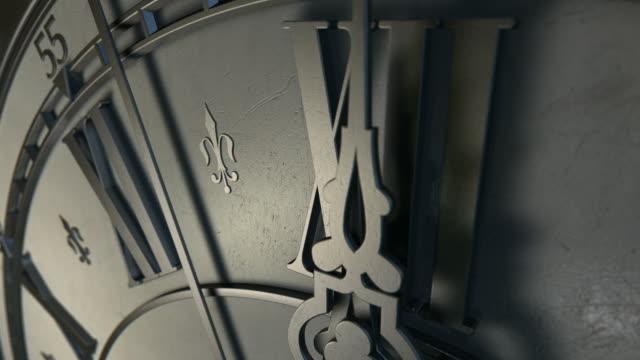 アンティークな時計ミッドナイトのカウントダウン - 骨董品点の映像素材/bロール