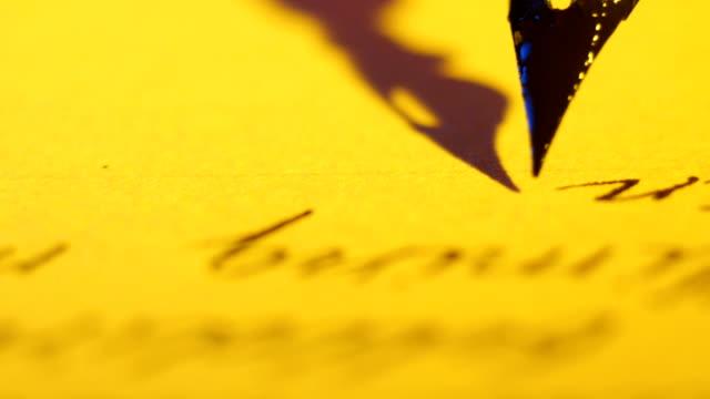 Antico piuma Penna stilografica scrivendo Macro - video